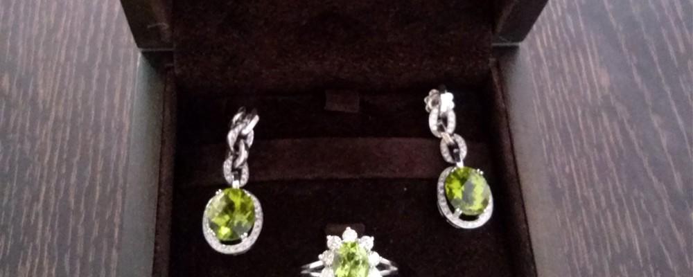 pendientes y anillo de diamantes