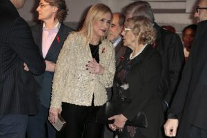Manuela Carmena y Cristina Cifuentes en la gala contral el SIDA 2016