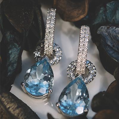 pendientes largos de diamantes y gemas azules navas joyeros