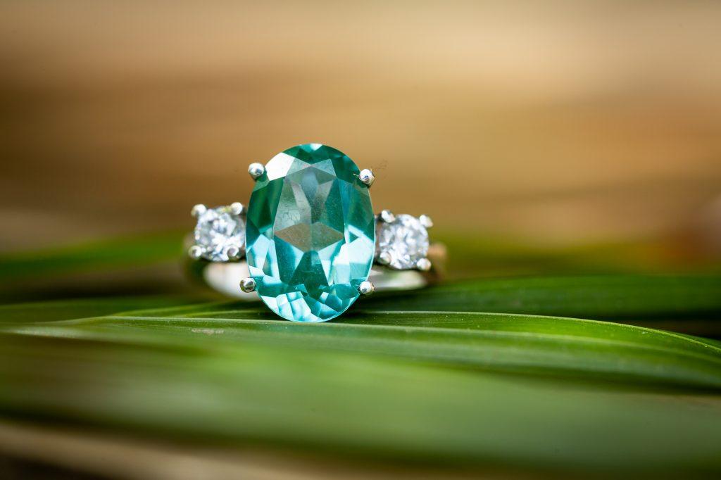 alianza de esmeralda y diamantes