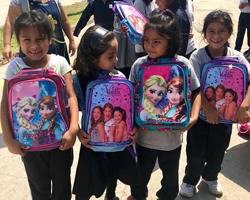 niñas con mochila solidaria