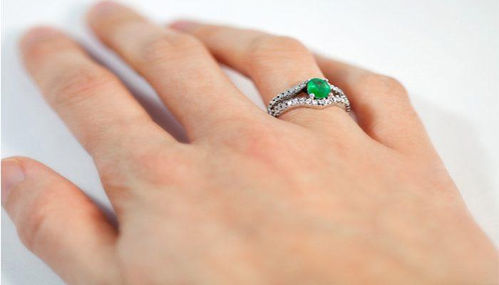 mano anillo de esmeralda