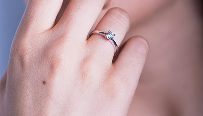 anillo de pedida en mano