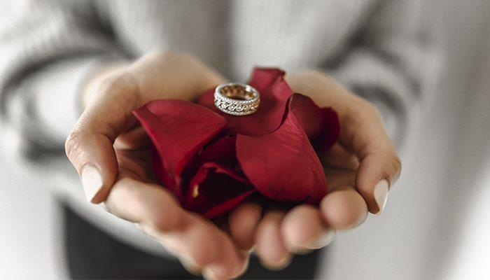 manos anillo en rosa