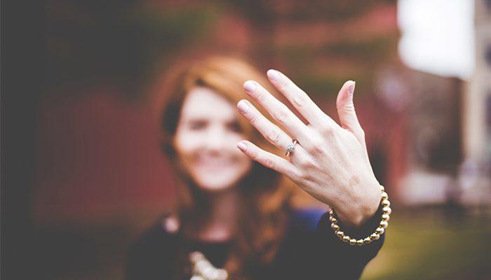 mano anillo de compromiso